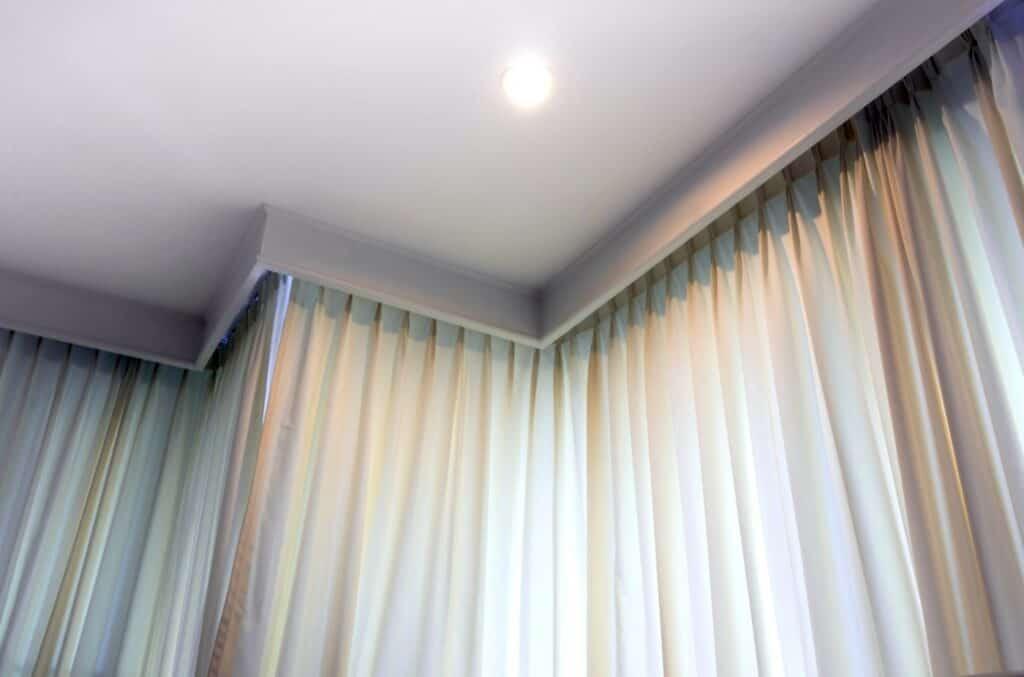 Hvite klassiske gardiner