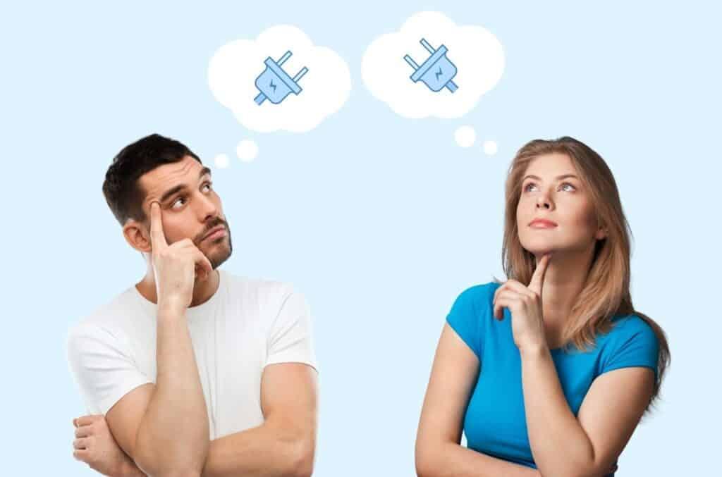 Gutt og jente på blå bakgrunn som tenker på lys og strømsparing