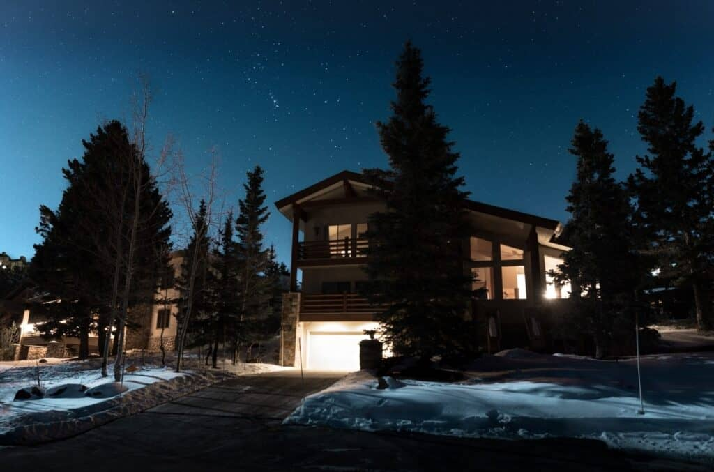 Hus, stjernehimmel, snø og normalt strømforbruk
