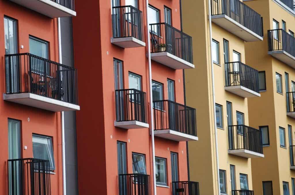 Røde og gule leilighetsbygg