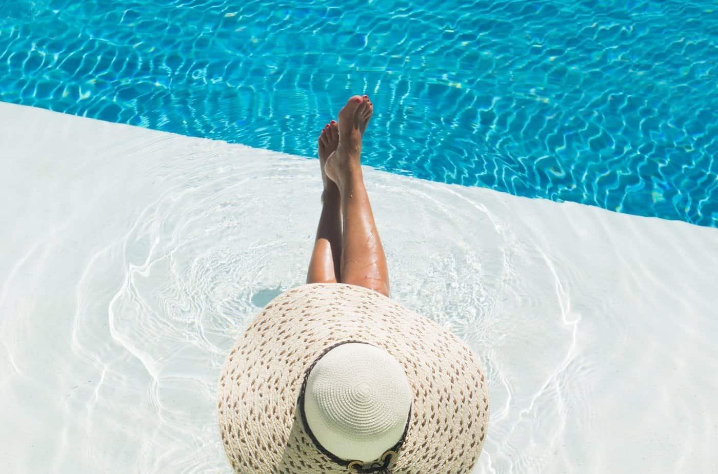 Kvinne som slapper av ved bassenget