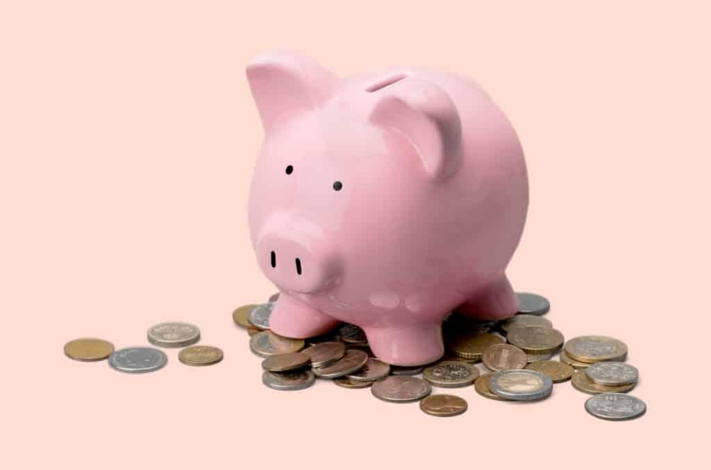 Rosa sparegris som viser hvordan man får gode tilbud på forsikring og kan spare penger