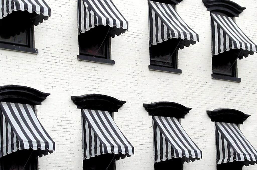 Stripete sorte og hvite vindusmarkiser