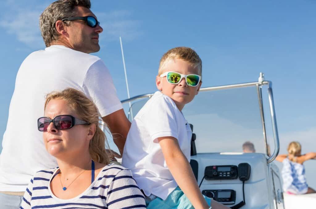 Familie på fem på båttur i blå himmel etter å ha funnet riktig båtforsikring