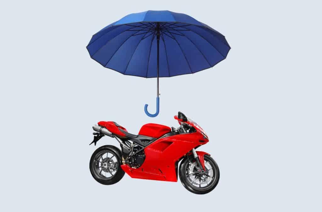 Paraply over rød motorsykkel som illustrerer MC-forsikring