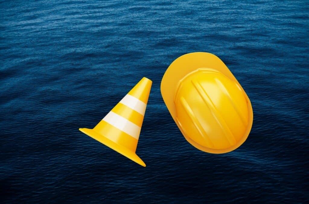 Sikkerhetskjegle og hatt som på sjøen som illustrerer sikkerhetstiltak for å få billigere båtforsikring