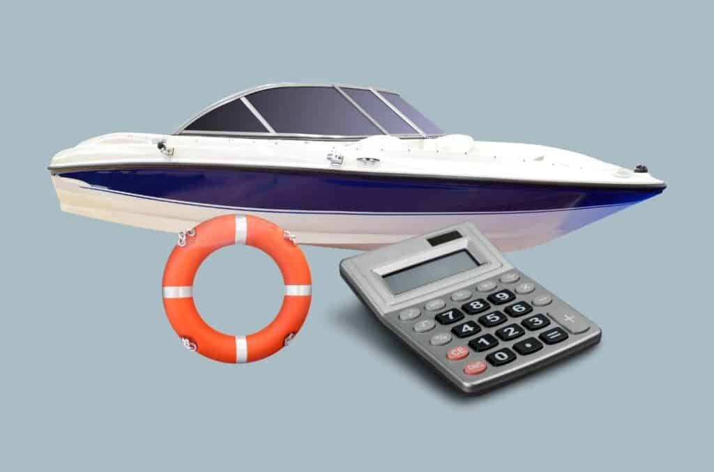 Båt, livbøye og kalkulator på blå bakgrunn som illustrerer forsikringskalkulator for båt og kalkulator for båtforsikring