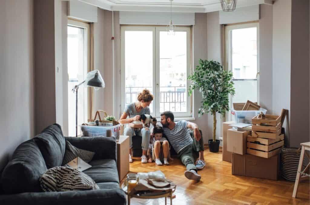 Familie i hjemmet sitt. Illustrasjon på innboforsikring