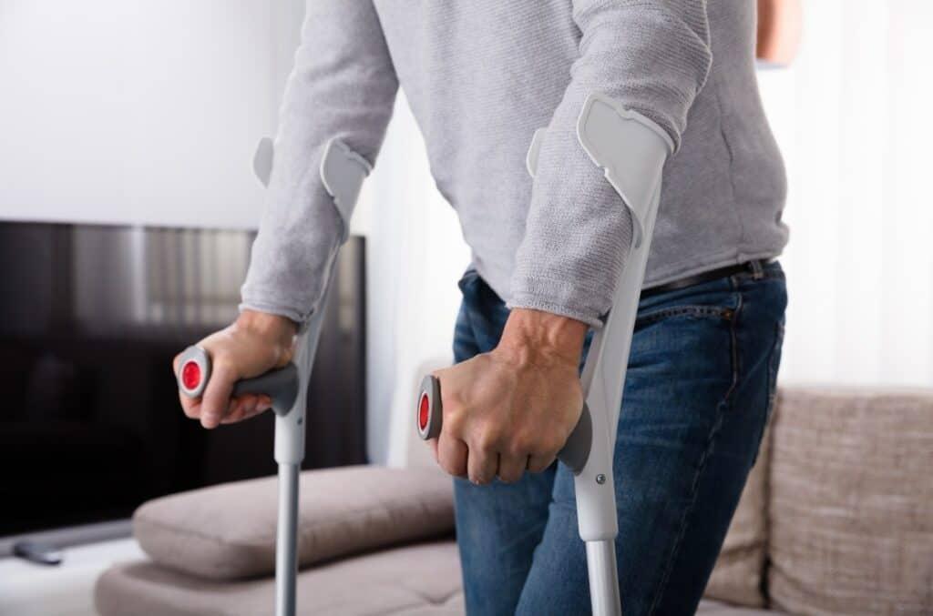 Person som bruker krykker i forbindelse med uføreforsikring